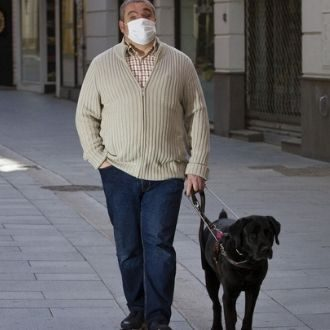 Persona paseando perro